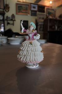 Figurka dámy porcelánová Korunka