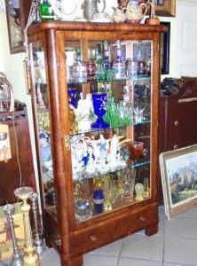 Presklenná vitrína so šuplíkom