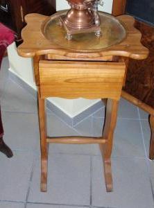 Vyšívací stolík so šuplíkom